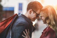 Piękni młodzi kochający pary przewożenia torba na zakupy i cieszyć się wpólnie obraz royalty free