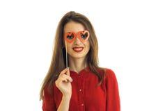 Piękni młodzi uśmiechnięci dziewczyna stojaki przed kamerą blisko chwytami i przyglądają się papierowych szkła Fotografia Royalty Free