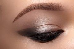 Piękni Makro- oczy z Dymiącym kota oka Makeup Kosmetyki i makijaż Zbliżenie mody oblicze z liniowem, Eyeshadows fotografia royalty free