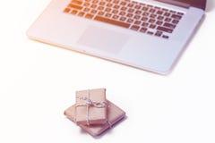 Piękni mali prezenty i chłodno laptop na cudownych menchiach z powrotem Zdjęcia Royalty Free