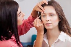 Piękni modele W piękno salonie, makijażu artysty robić robią zdjęcia royalty free