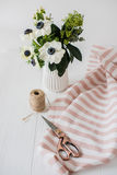 Piękni nożyce, bukiet anemony, pasiasta tkanina zdjęcia stock