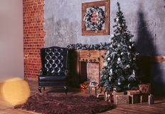 Piękni nowożytnego projekta pokoje w ciemnych kolorach, dekorujących dla bożych narodzeń z prezentów pudełkami pod choinką Zdjęcia Royalty Free