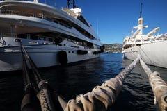 Piękni nowożytni statki przy moorage Obrazy Stock