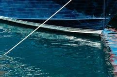 Piękni odbicia duży błękitny i czerwony jacht obraz royalty free