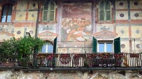 Piękni okno, balkony i Zatarci fresk, - Verona 2 obraz royalty free
