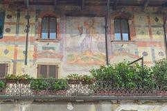 Piękni okno, balkony i Zatarci fresk, - Verona 5 obrazy stock
