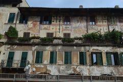 Piękni okno, balkony i Zatarci fresk, - Verona 7 zdjęcie royalty free