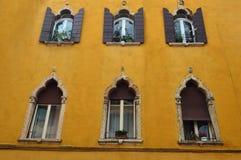 Piękni okno i balkony - Verona 10 obraz royalty free