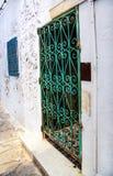 Piękni ornamentacyjni okno na biel ścianie typowej dla Tunezja, Tradycyjnego starego zielonego okno z ornamentu dekoracyjnym skuc Zdjęcia Stock