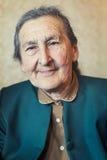 Piękni 80 plus roczniak starsza kobieta pozuje dla portreta w jej domu Fotografia Royalty Free