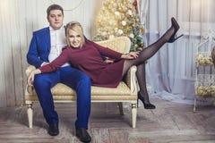 Piękni potomstwa dobierają się mężczyzna i kobiety w szczęśliwym Chris wpólnie zdjęcia royalty free