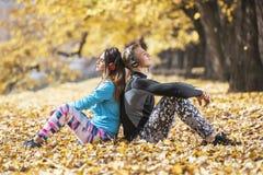 Piękni potomstwa dobierają się odpoczynkową i słuchającą muzykę po pomyślnego szkolenia w parku Ręka kształta serce Zdjęcia Stock