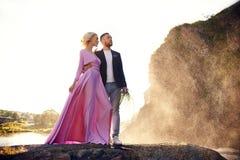 Piękni potomstwa dobierają się uściśnięcia, spojrzenia i daleko od i przy each inny cieszy się romantyczną datę na rzece stary pl zdjęcia royalty free