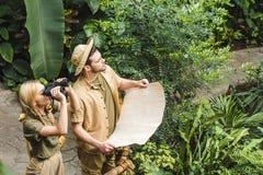 piękni potomstwa dobierają się w safari kostiumach z mapą i lornetkami zdjęcie royalty free