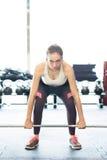 Piękni potomstwa dostosowywali kobiety podnosi ciężkiego barbell w gym Fotografia Stock