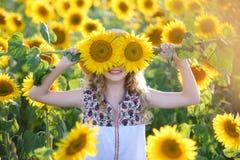 Piękni potomstwa na polu słoneczniki fotografia royalty free