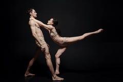 Piękni potomstwa tanczą pary bierze część w sztuka występie Obraz Stock
