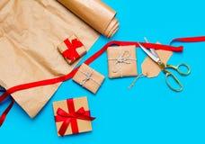 Piękni prezenty i chłodno rzeczy dla zawijać na cudownym bl Fotografia Stock
