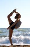 piękni robi ćwiczenia sprawności fizycznej kobiety potomstwa fotografia royalty free