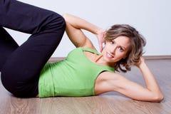 piękni robi ćwiczenia sprawności fizycznej kobiety potomstwa Obrazy Royalty Free