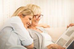 Piękni rodzinni momenty, matka i córka, obrazy royalty free