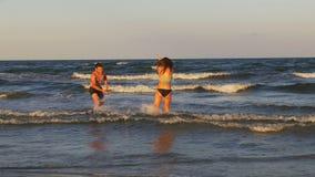 Piękni romantyczni potomstwa dobierają się dokuczać jeden inny i bawić się morzem zbiory wideo