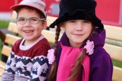 Piękni rozochoceni dzieci, chłopiec i dziewczyna w jaskrawym odzieżowym sitt, Zdjęcia Stock