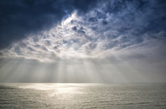 Piękni słońce promienie nad oceanem Zdjęcie Royalty Free