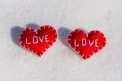 Piękni serca na śnieżnym backgroud Obraz Stock