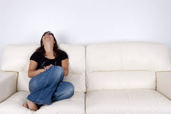 piękni siedzący kanapy białej kobiety potomstwa Obraz Stock