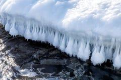 Piękni sople nad morze w Rosja w zimie obraz stock