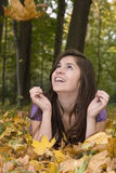 piękni spadać dziewczyny liść potomstwa Zdjęcie Royalty Free