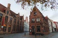 piękni starzy tradycyjni domy i wąskie ulicy w Brugge, Belgium zdjęcia royalty free
