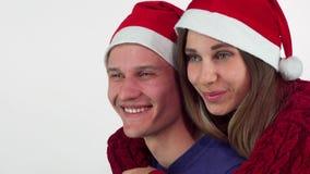Piękni szczęśliwych świąt bożego narodzenia dobierają się ono uśmiecha się joyfully, patrzejący daleko od zbiory