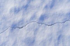 Piękni szczegóły biały pęknięcie w lodowym jeziorze w zmierzchu i śnieg zaświecają fotografia royalty free