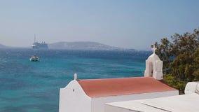 Piękni szczegóły grecka wyspa - typowy dom z biel ścianami, menchia kwiatami i błękitnym morzem w Grecja, zbiory wideo