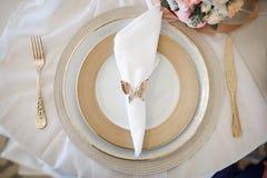 Piękni talerze na stole zdjęcia royalty free