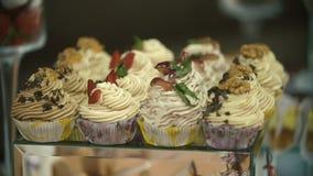 Piękni torty na cukierki stole zbiory wideo