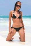 Piękni tropikalni dziewczyna okulary przeciwsłoneczni z bikini zdjęcia royalty free
