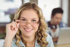 Piękni uśmiechnięci bizneswomanu mienia oka szkła w biurze Obraz Stock