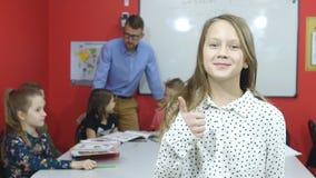Piękni uczennica zwroty w pokazywać aprobaty i ramę zdjęcie wideo