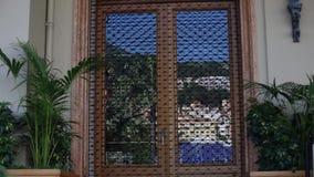 Piękni widoki ampuła, drewniani okno które przegapiają balkon zbiory wideo
