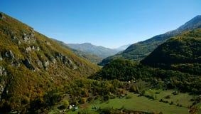 Piękni widoki jeden wąwozy Montenegro w jesień jasnym grżą Pogodną pogodę Zdjęcie Royalty Free