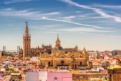 Piękni widoki katedra i Giralda od obserwacja pokładu na dachu Sevlian pieczarek Metropol Parasol zdjęcie royalty free