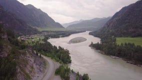 Piękni widoki rzeka od ptaka lota na chmurnym dniu Samochody przechodzi na drodze Skandynawów domów stojak zdjęcie wideo