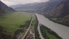 Piękni widoki rzeka od ptaka lota na chmurnym dniu Samochody przechodzi na drodze Skandynawów domów stojak zbiory wideo