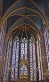 Piękni witraży okno w wierzchu zrównują wewnętrznego Sainte-Chapelle Paryż Francja Zdjęcie Stock