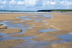 Piękni wodni baseny na piaskowatej plaży Zdjęcie Stock