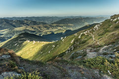Piękni wzgórza i góry wypełniający z światłem słonecznym Fotografia Stock